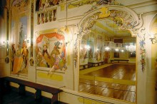 Český Krumlov - The Masquerade Hall, decorated with illusive paintings by Josef Lederer in 1748, shows nobility masquerading as characters from Italian Commedia dell`Arte, photo by: Archiv Vydavatelství MCU s.r.o.