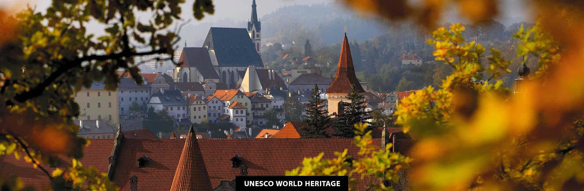 Podzimní průhled na kostel a klášter