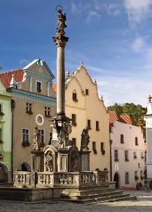 Český Krumlov - Der Brunnen mit der 1714–1716 errichteten Pestsäule, Foto: Archiv Vydavatelství MCU s.r.o.