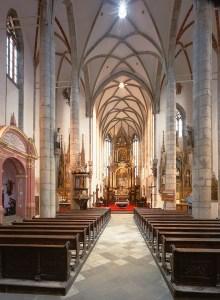 Český Krumlov - Kostel sv. Víta, pohled k hlavnímu oltáři, foto: Archiv Vydavatelství MCU s.r.o.